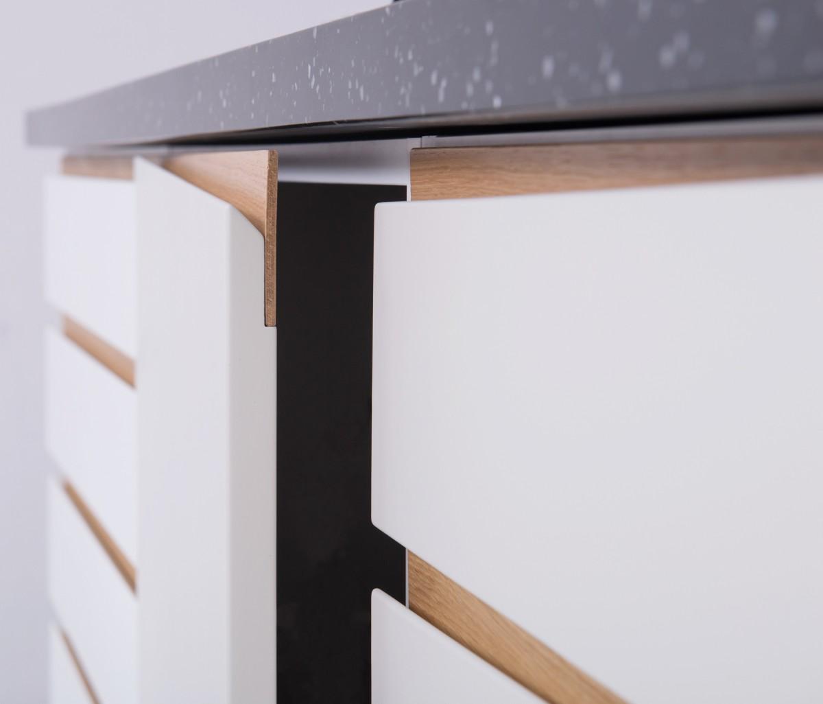 Front lakierowany ze skośną, drewnianą wstawką