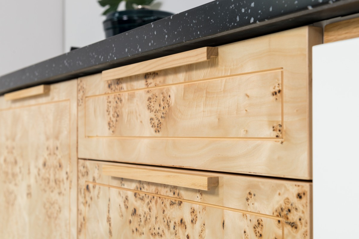 Front fornirowany z frezowaniem dookoła i drewnianym uchwytem